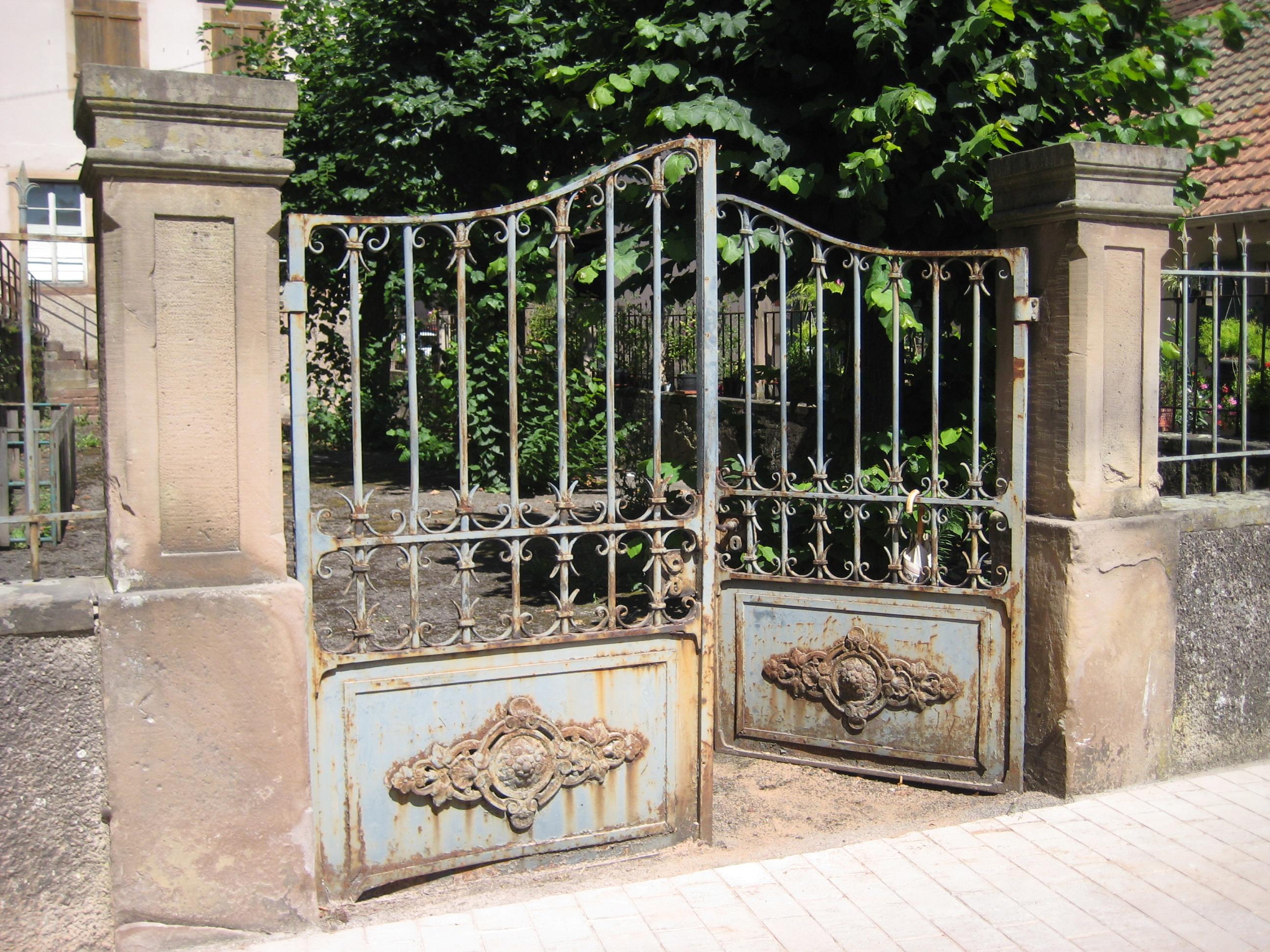 Состаренный кованый забор
