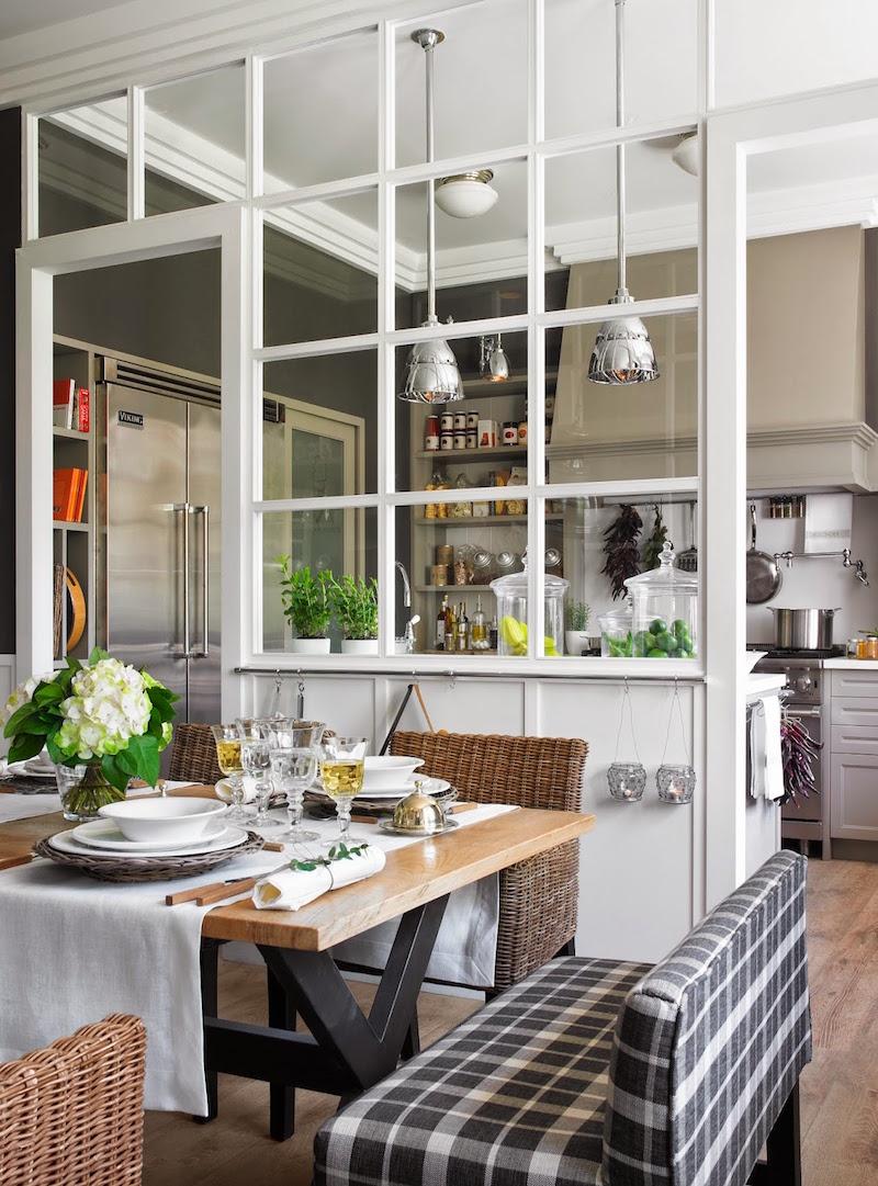 Стеклянная перегородка между гостиной и кухней