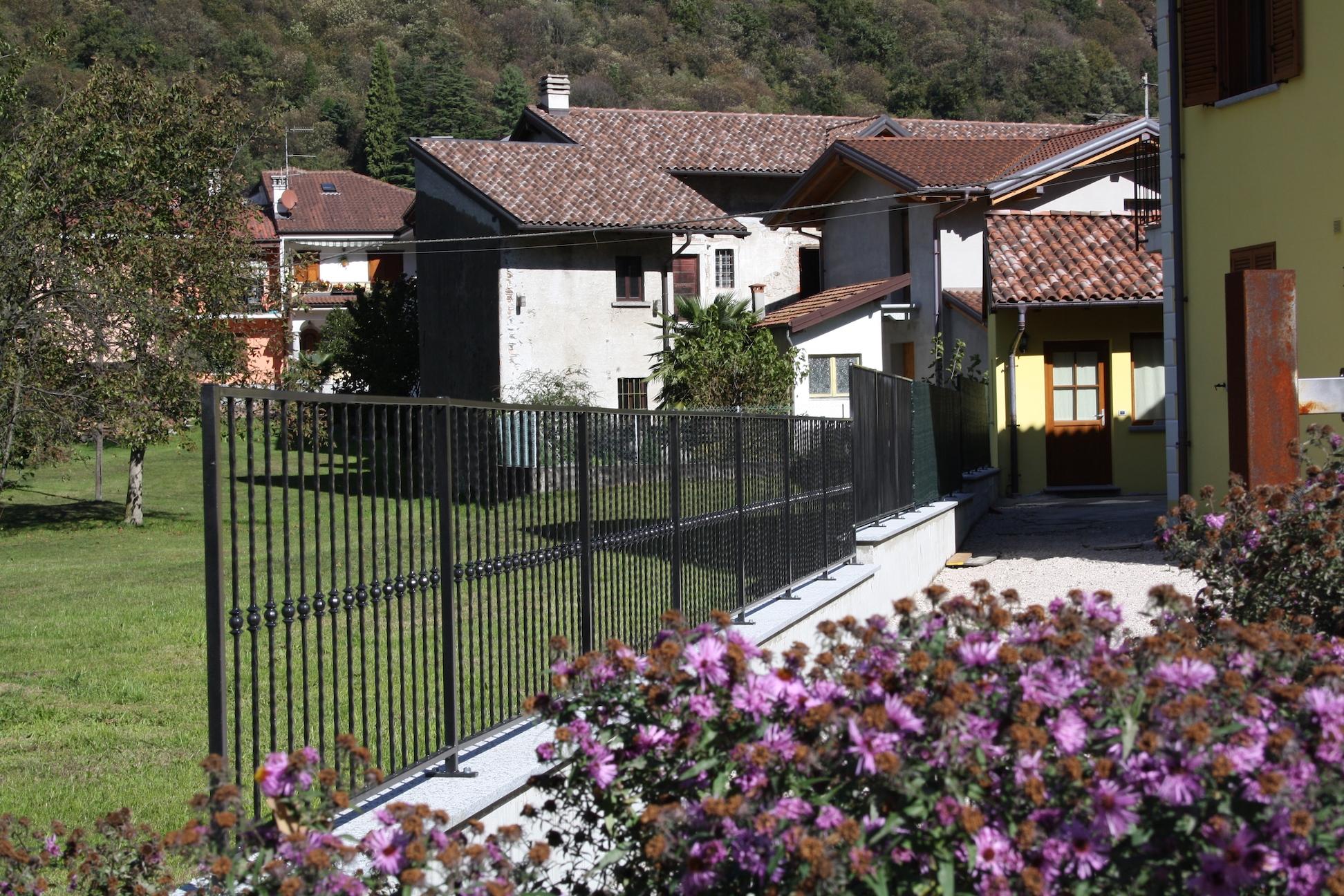 Кованый забор загородного дома