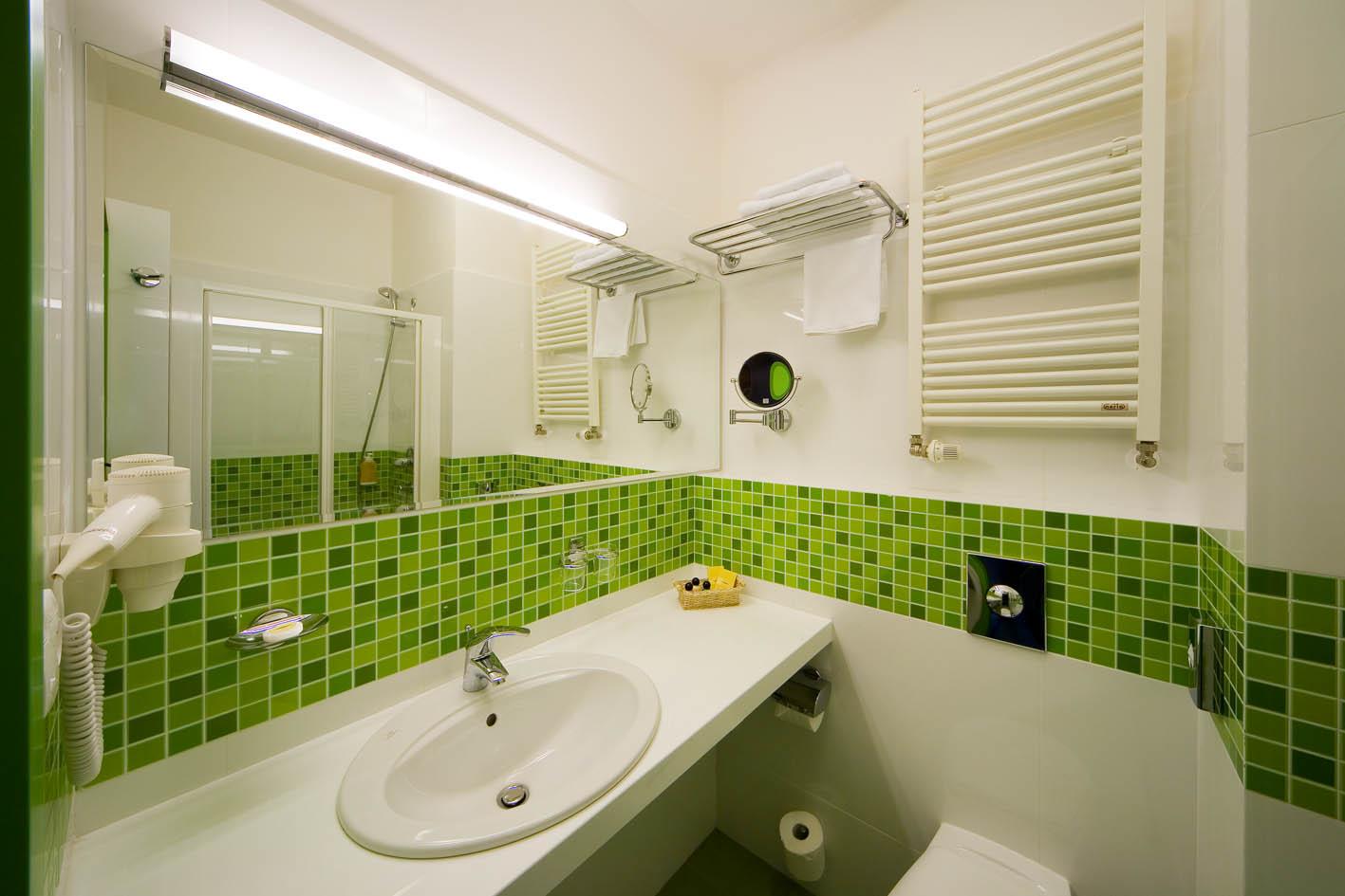 Зеленая мозаика в ванной комнате