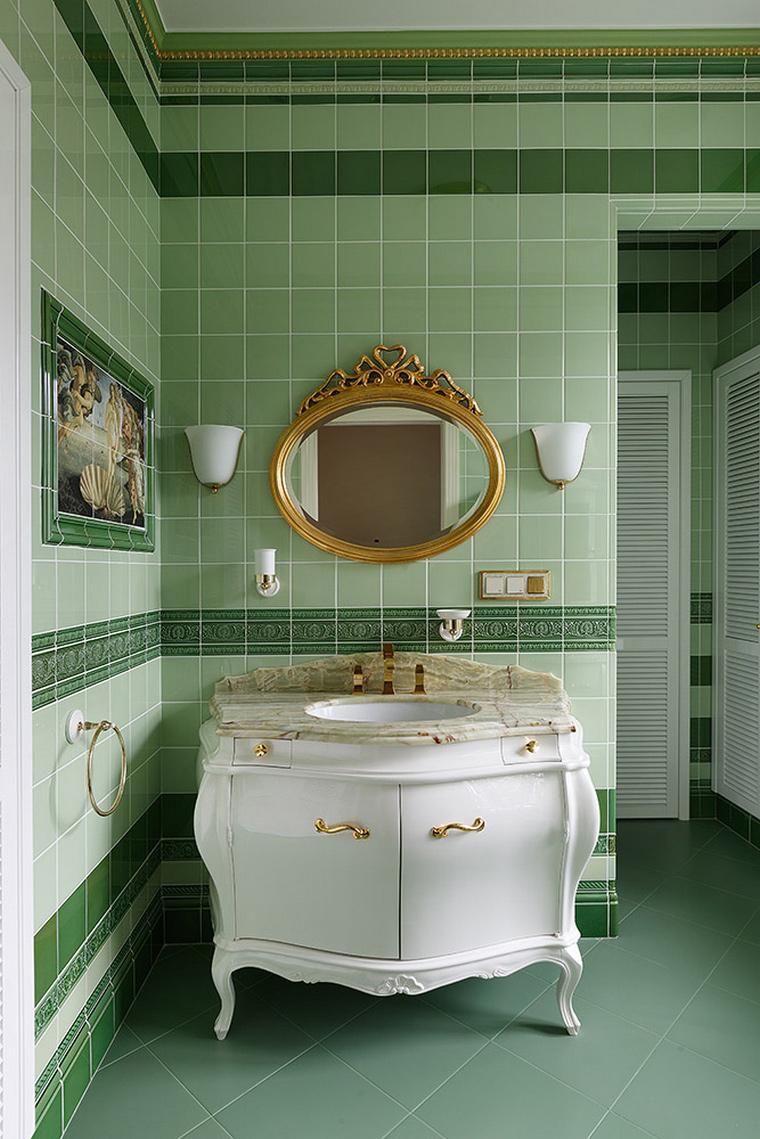 Плитка разных оттенков зеленого в ванной комнате