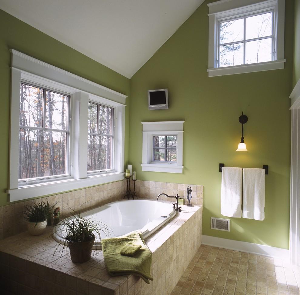 Зелено-коричневая мансардная ванная
