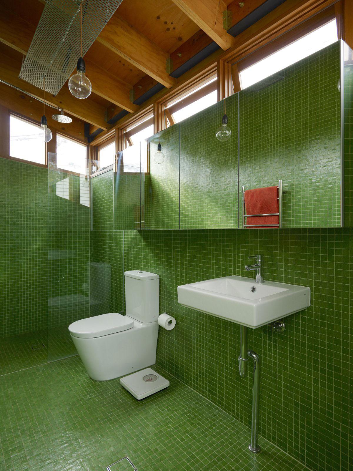 Зелено-коричневая ванная с белой сантехникой