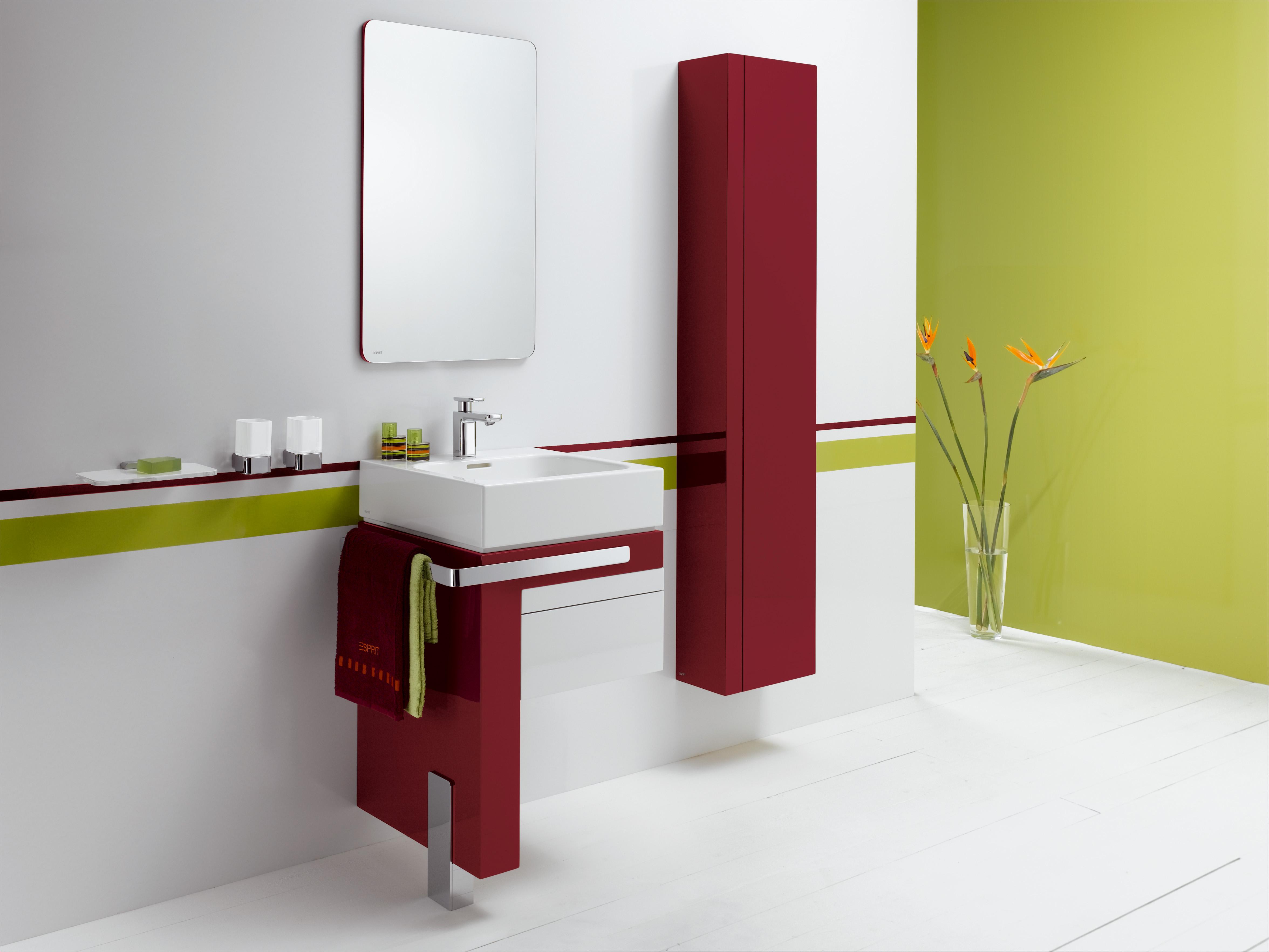 Зеленые и красные акценты в ванной комнате