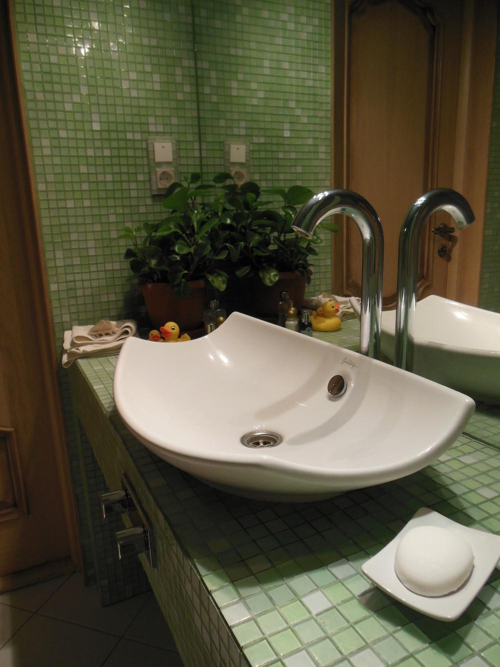 Зеленая мозаика в дизайне ванной