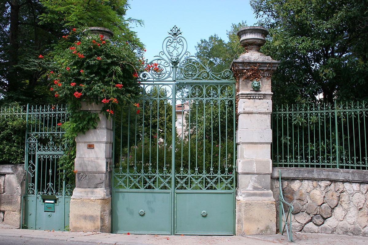 Зеленые кованые ворота