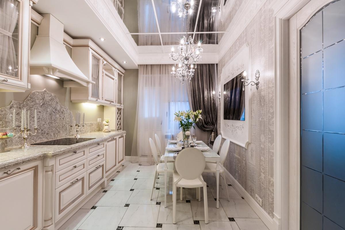 Зеркальный потолок в светлой кухне