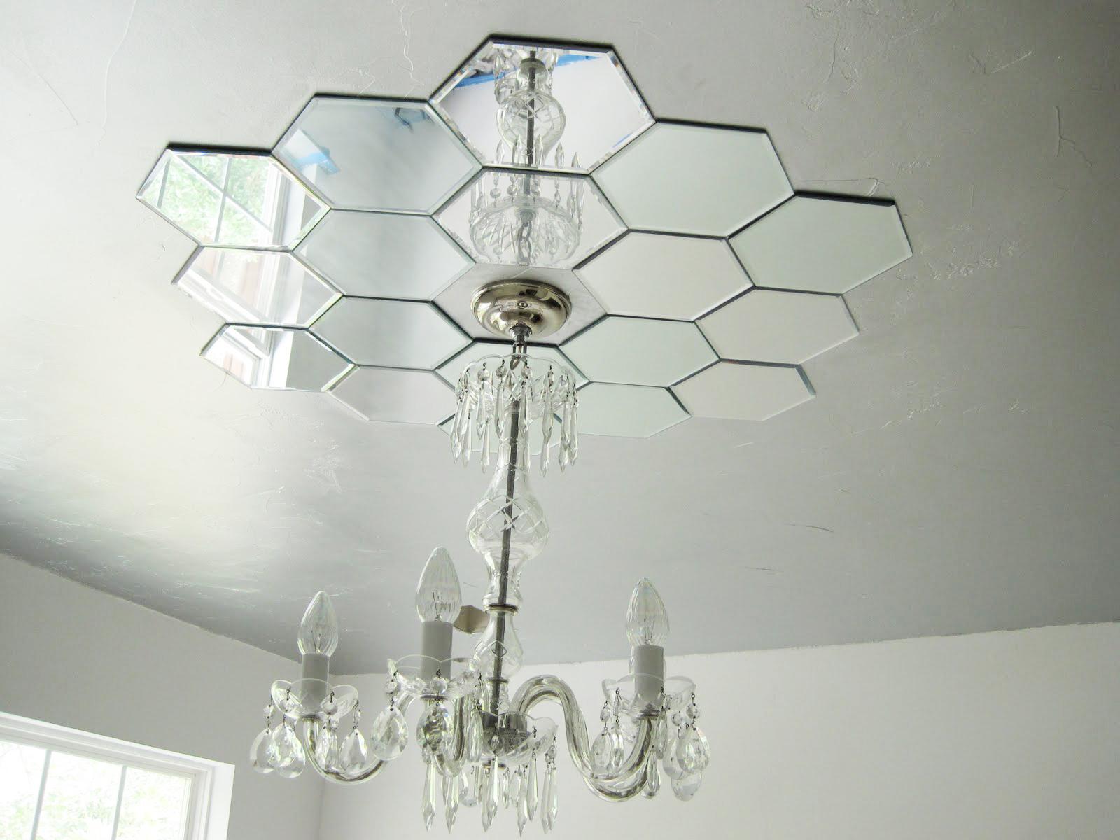 Зеркальная плитка на потолке в гостиной
