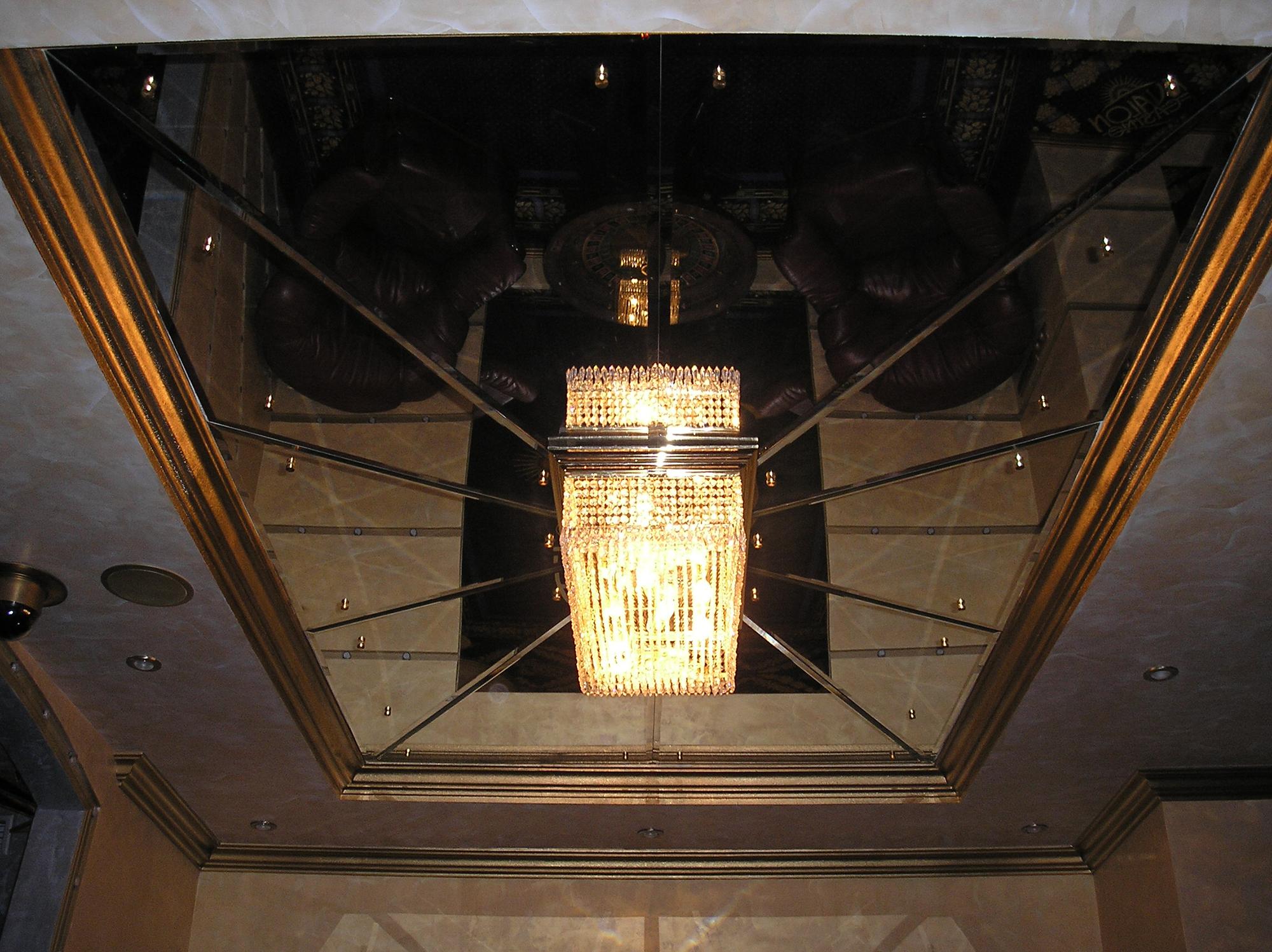 Оригинальный зеркальный потолок