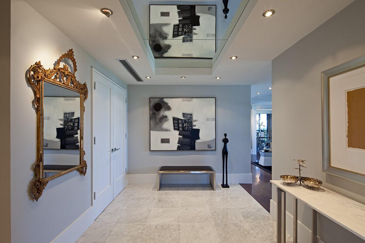 Зеркальный потолок в коридоре