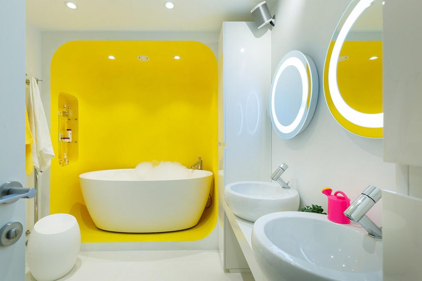 Бело-желтая ванная комната в стиле хай-тек