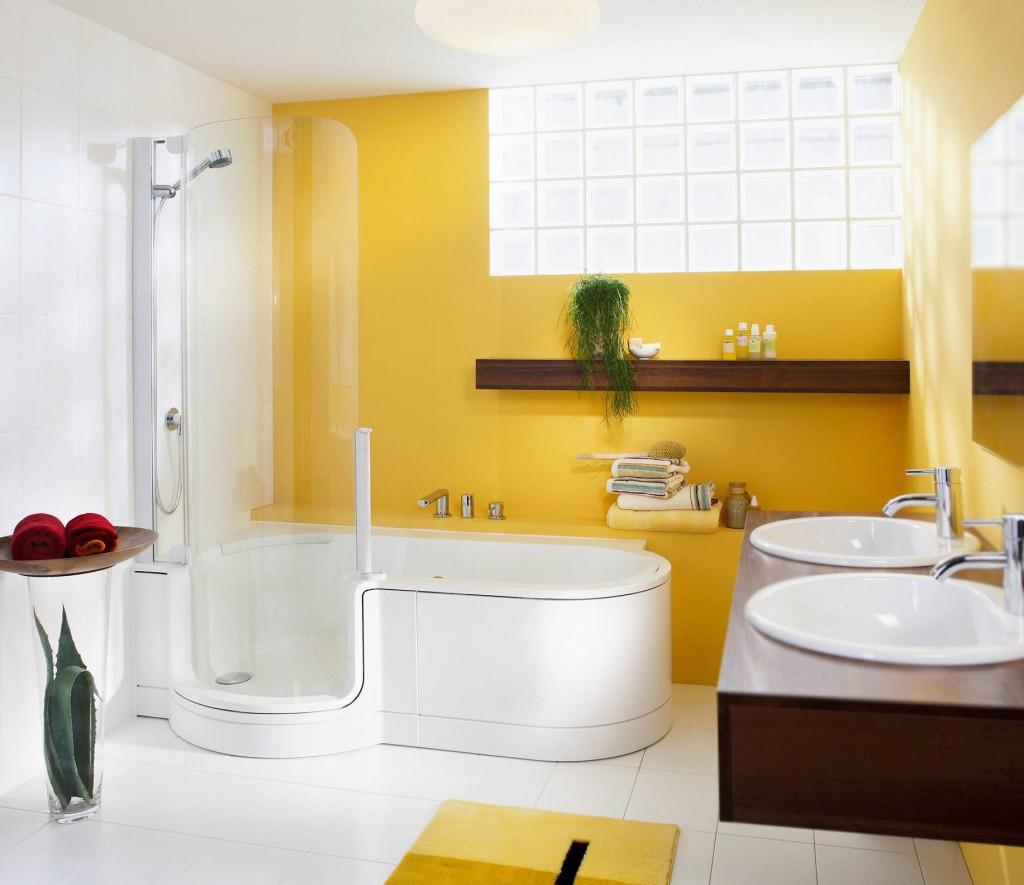 Уютная ванная комната с желтыми стенами и ковриком