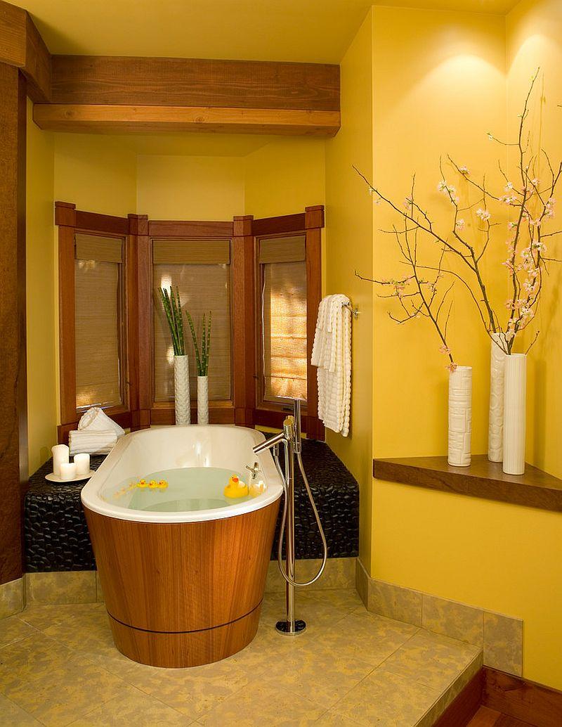 Уютная ванная с желтыми стенами