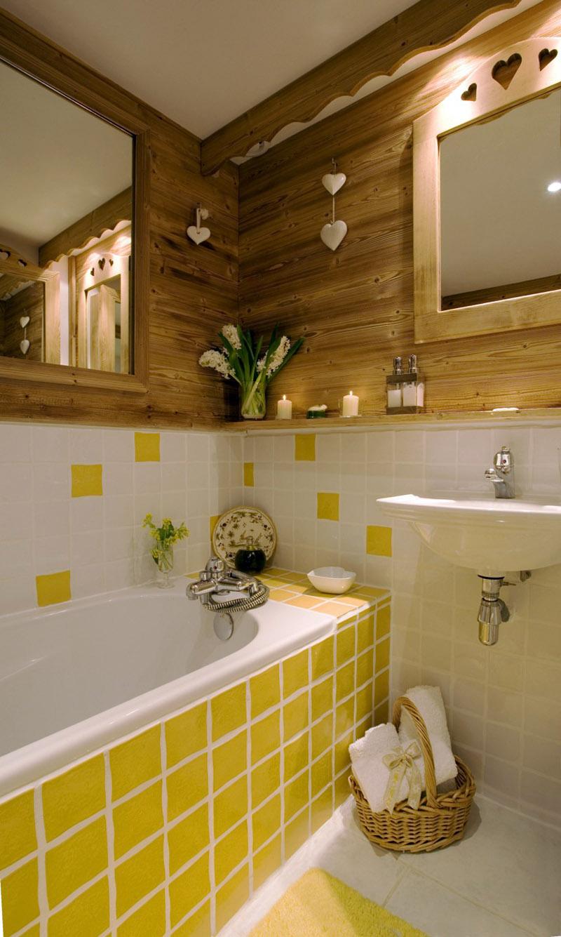 Ванная комната с желтой плиткой
