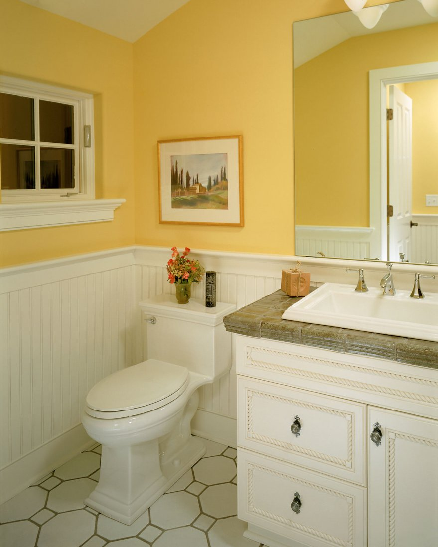Бело-желтые стены в ванной