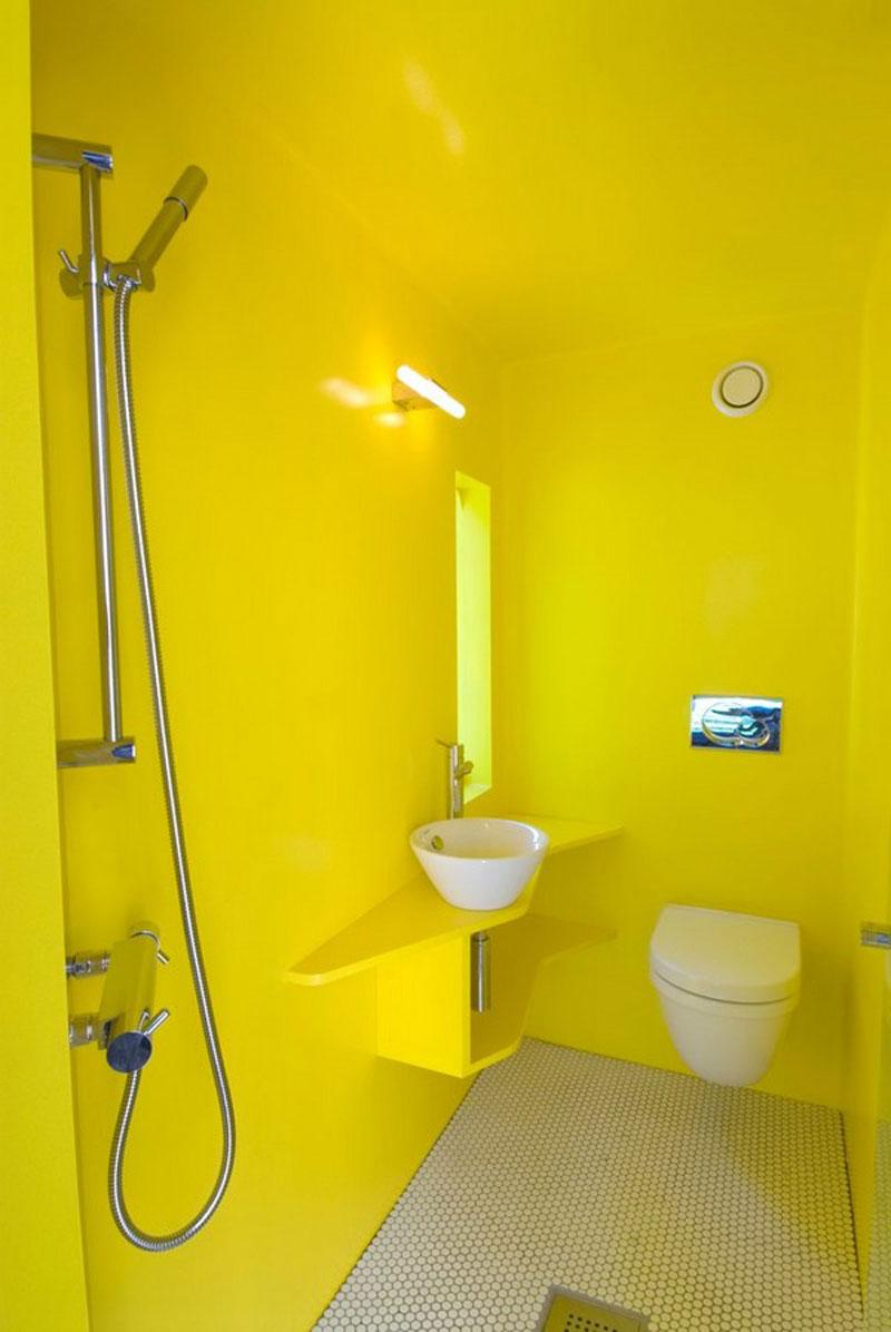 Маленькая желтая ванная комната