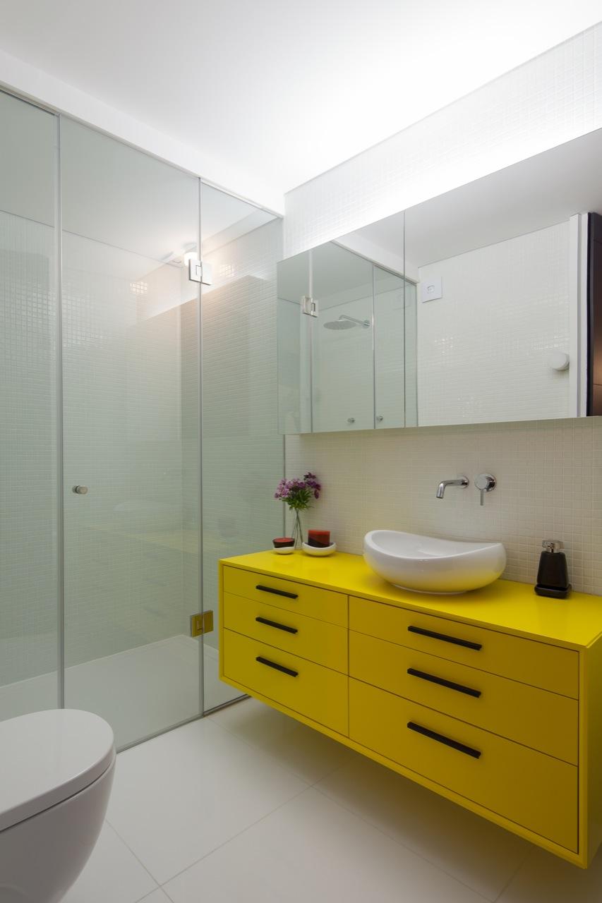 Желтая тумба в ванной