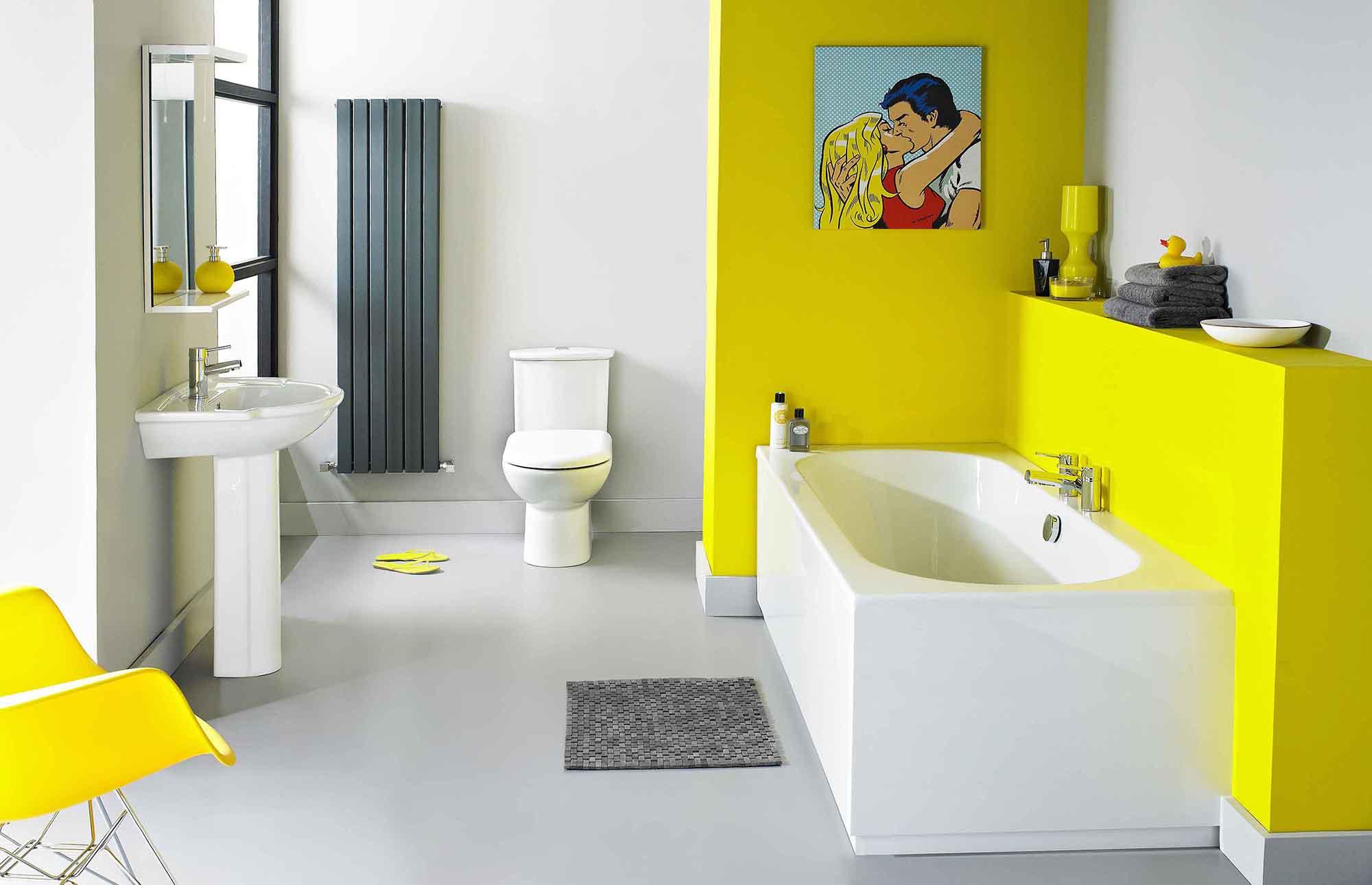 Бело-желтая большая ванная комната