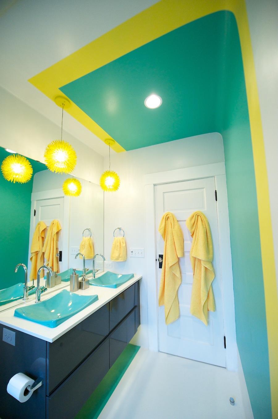 Желто-зеленые акценты в ванной