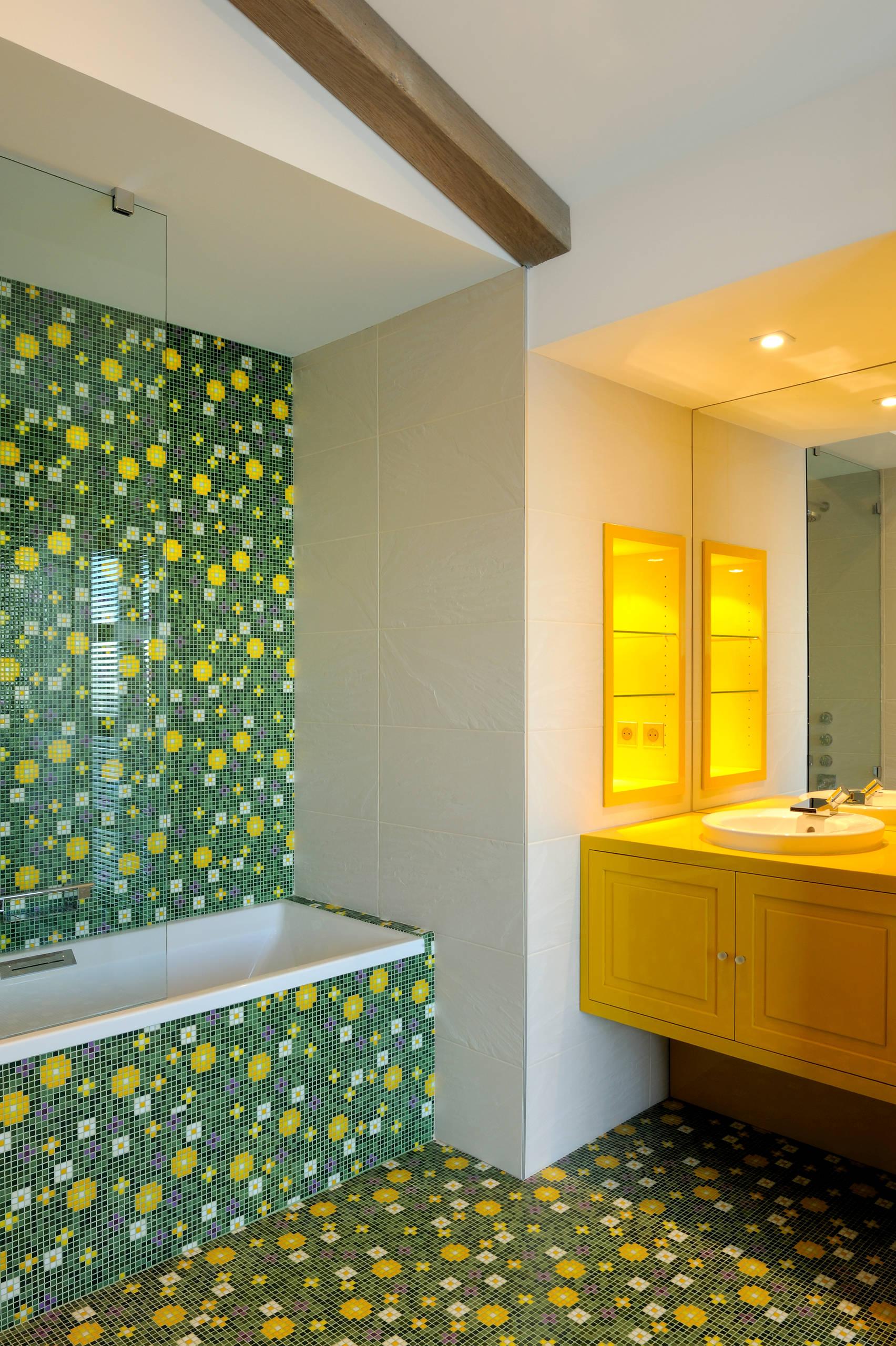 Желто-зеленая мозаика в ванной