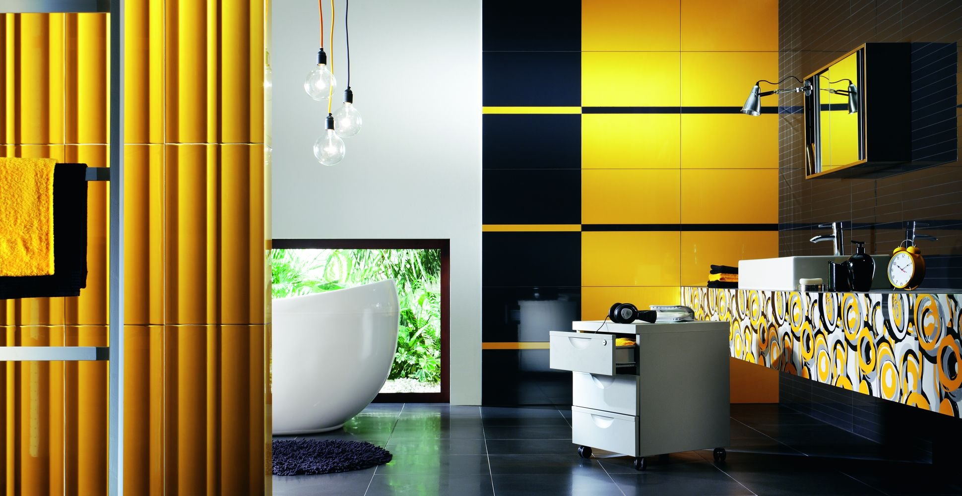 Просторная желто-черно-белая ванная комната