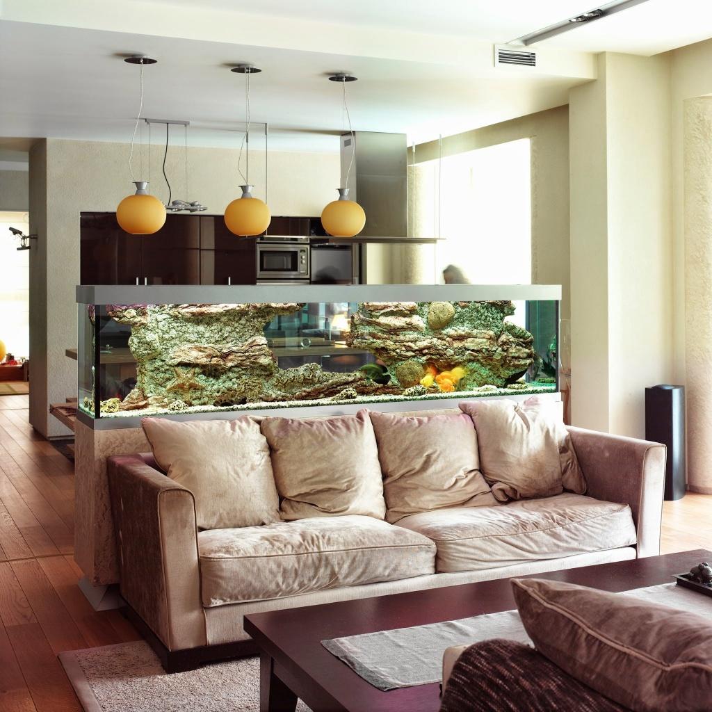 Зонирование кухни и гостиной аквариумом