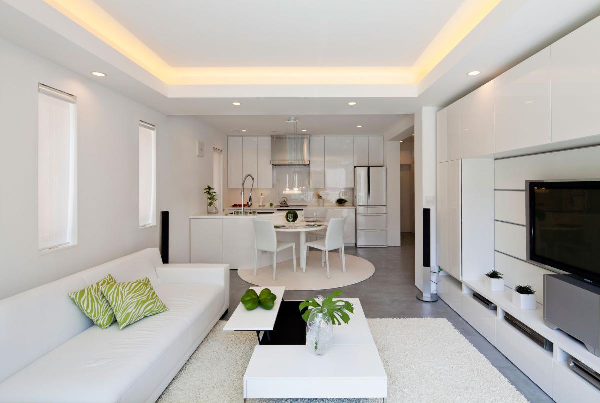 Светлая прямоугольная кухня-гостиная
