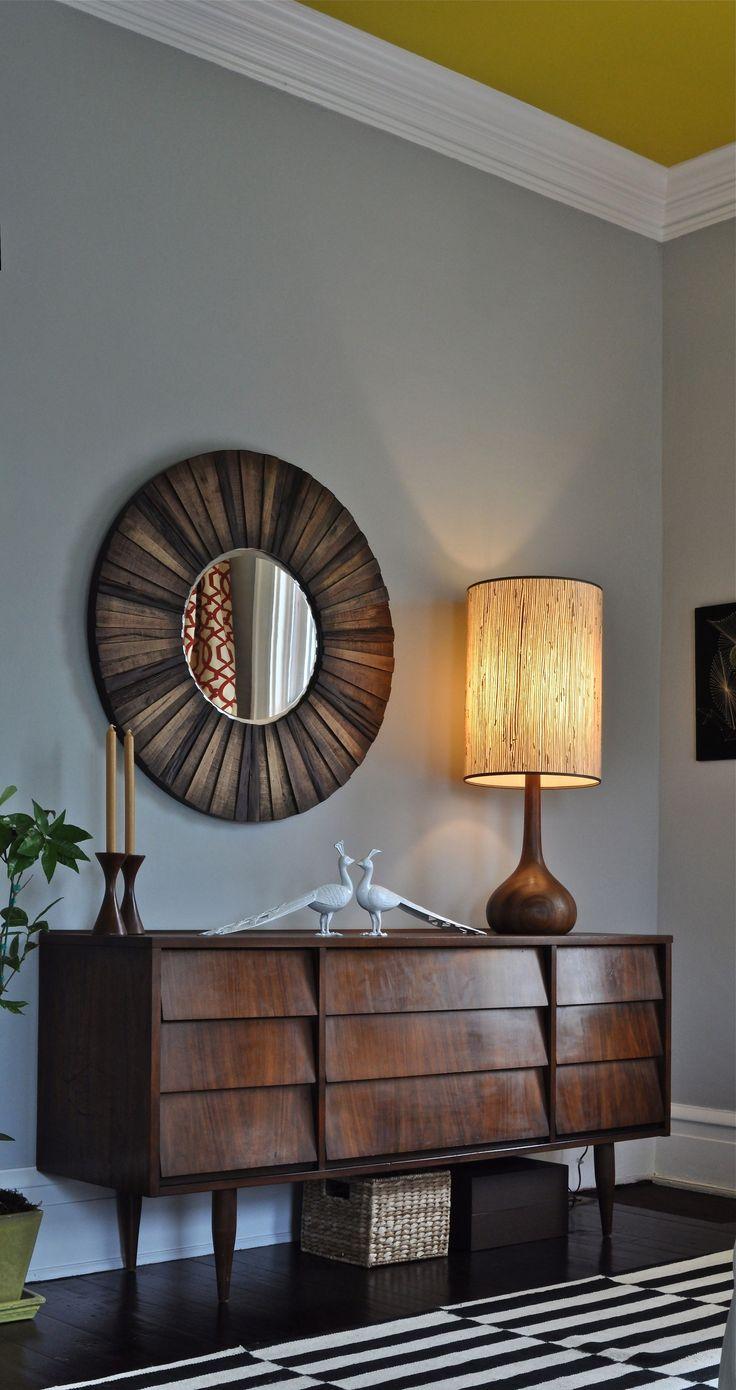 Коричневая деревянная мебель