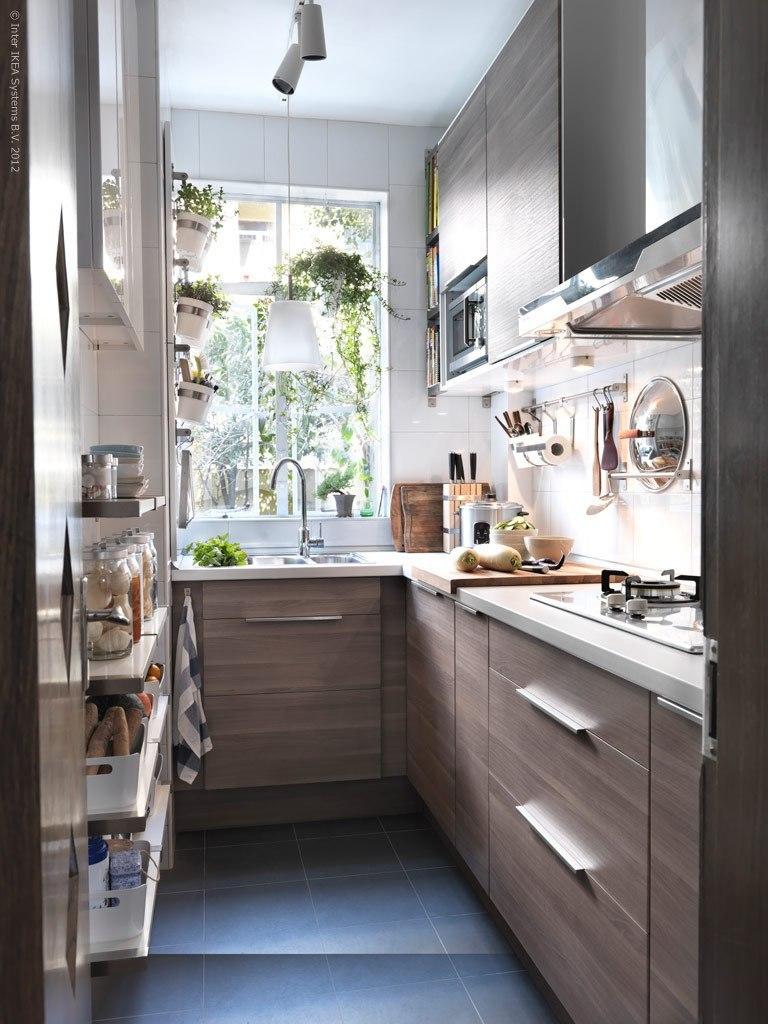 Узкая серо-белая кухня