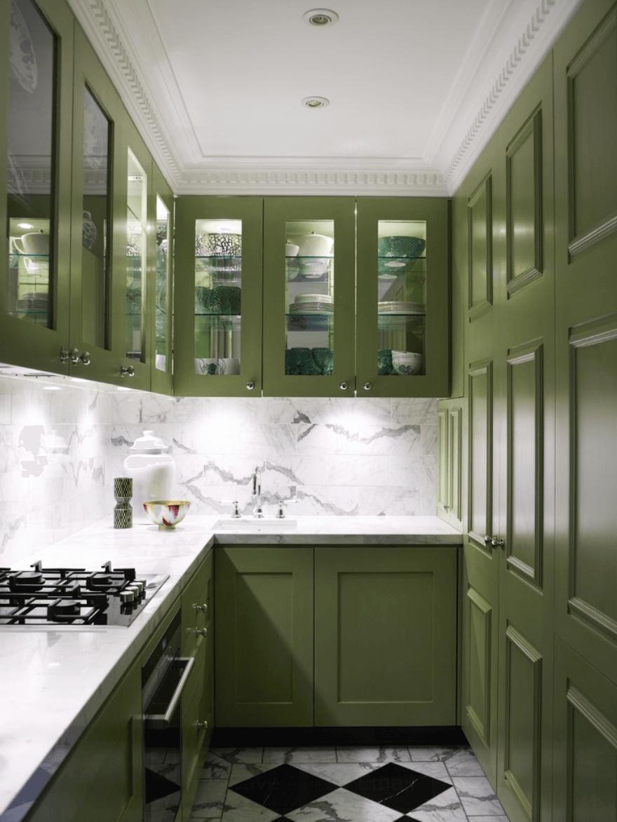 Узкая зелено-белая кухня