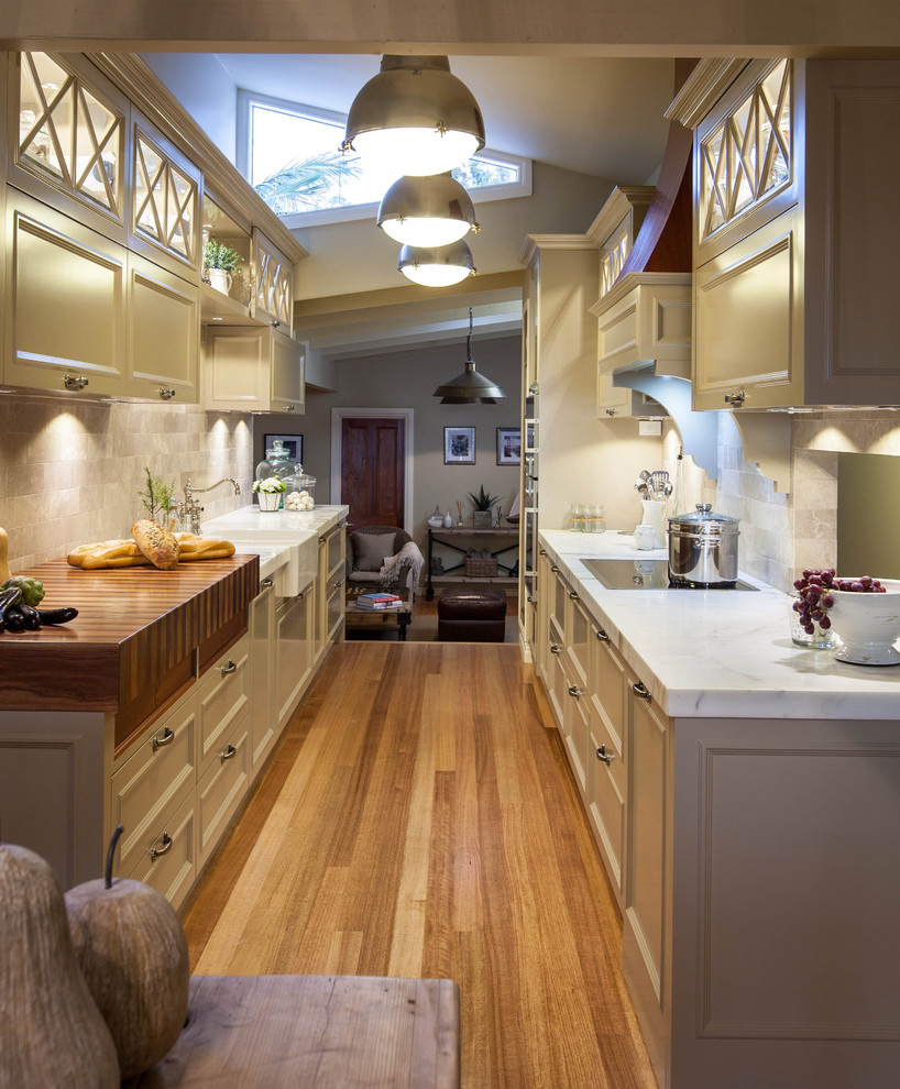 Уютная узкая кухня в доме