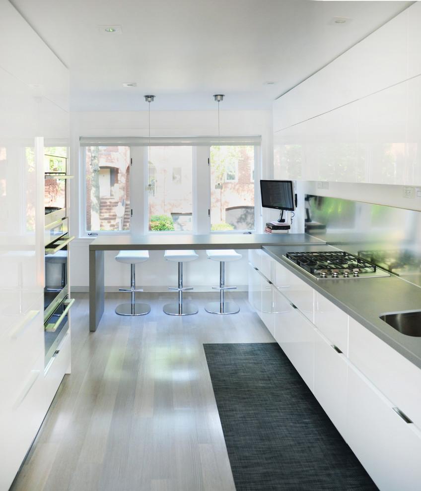 Светлая узкая кухня с полуостровом