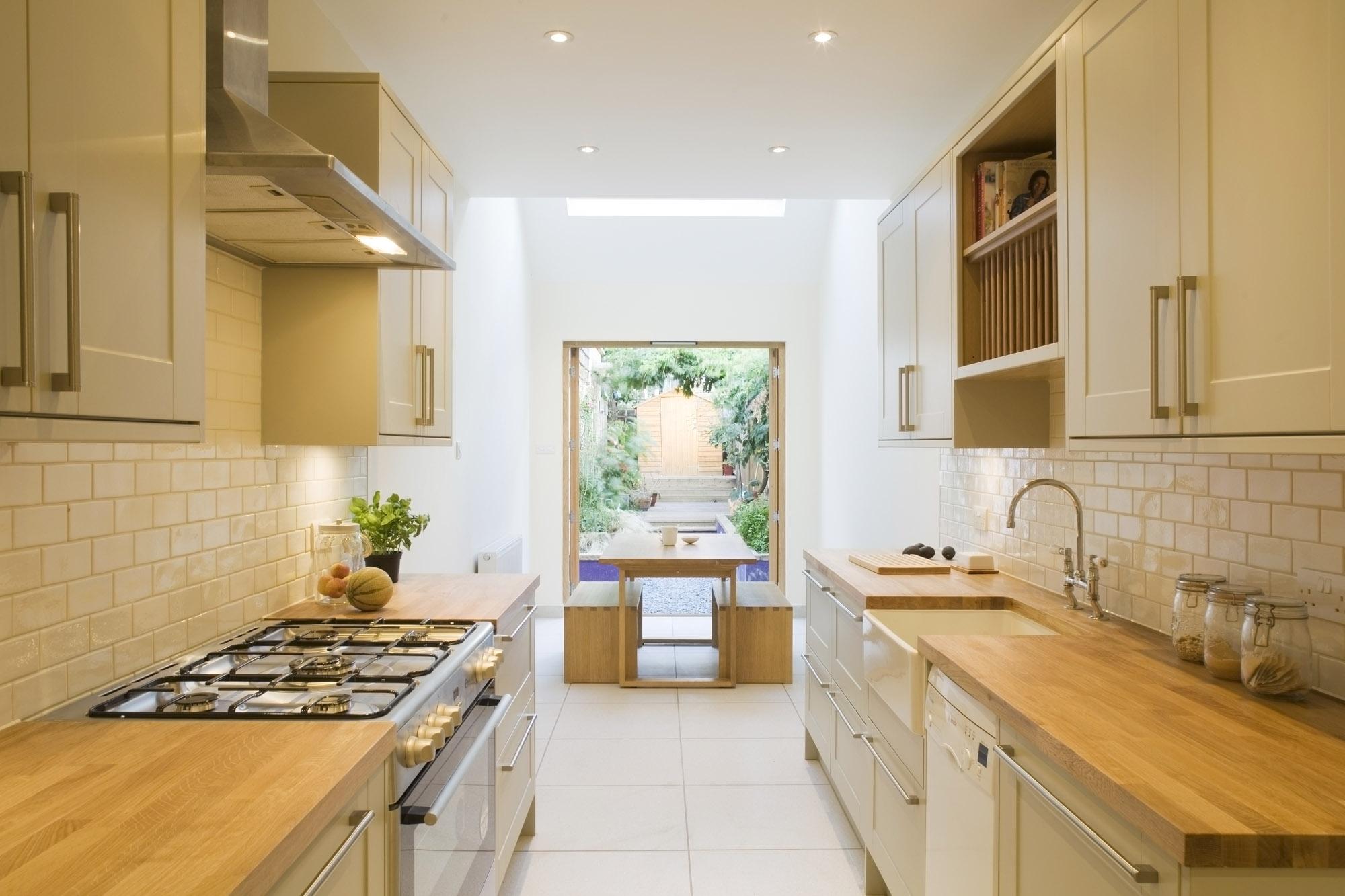 Дизайн узкой бежево-белой кухни