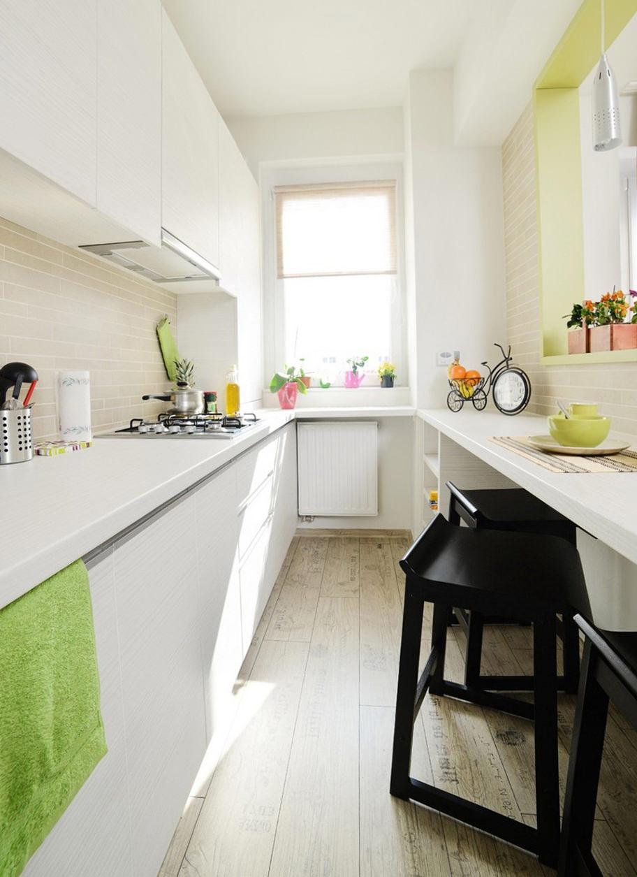 Дизайн светлой узкой кухни с яркими акцентами