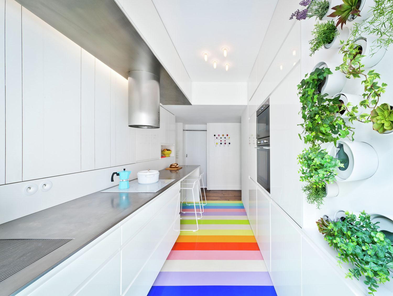 Светлый дизайн узкой кухни