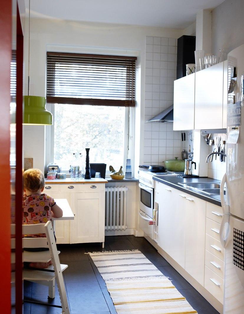 Узкая уютная кухня