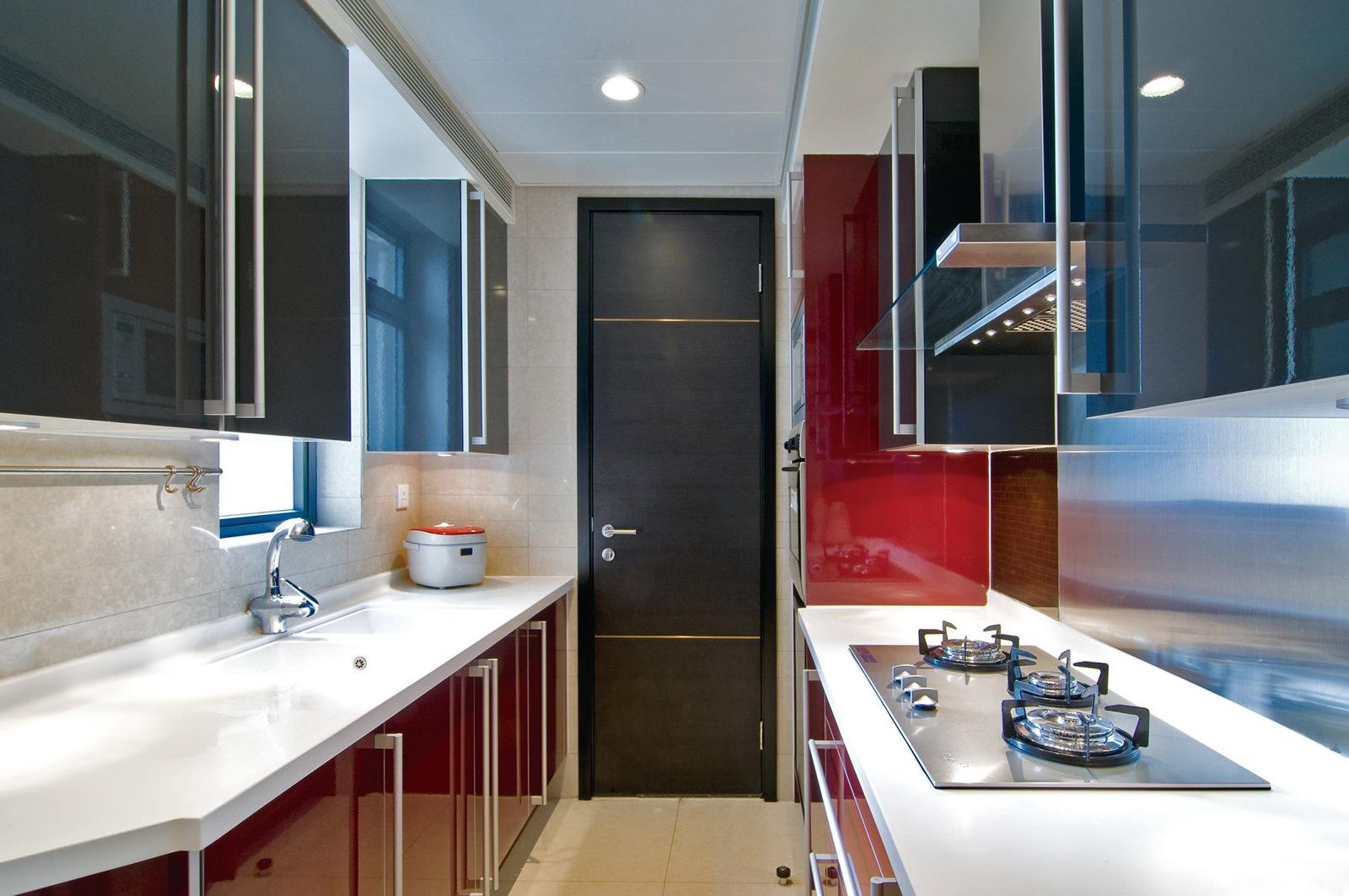 Глянцевый гарнитур в узкой кухне