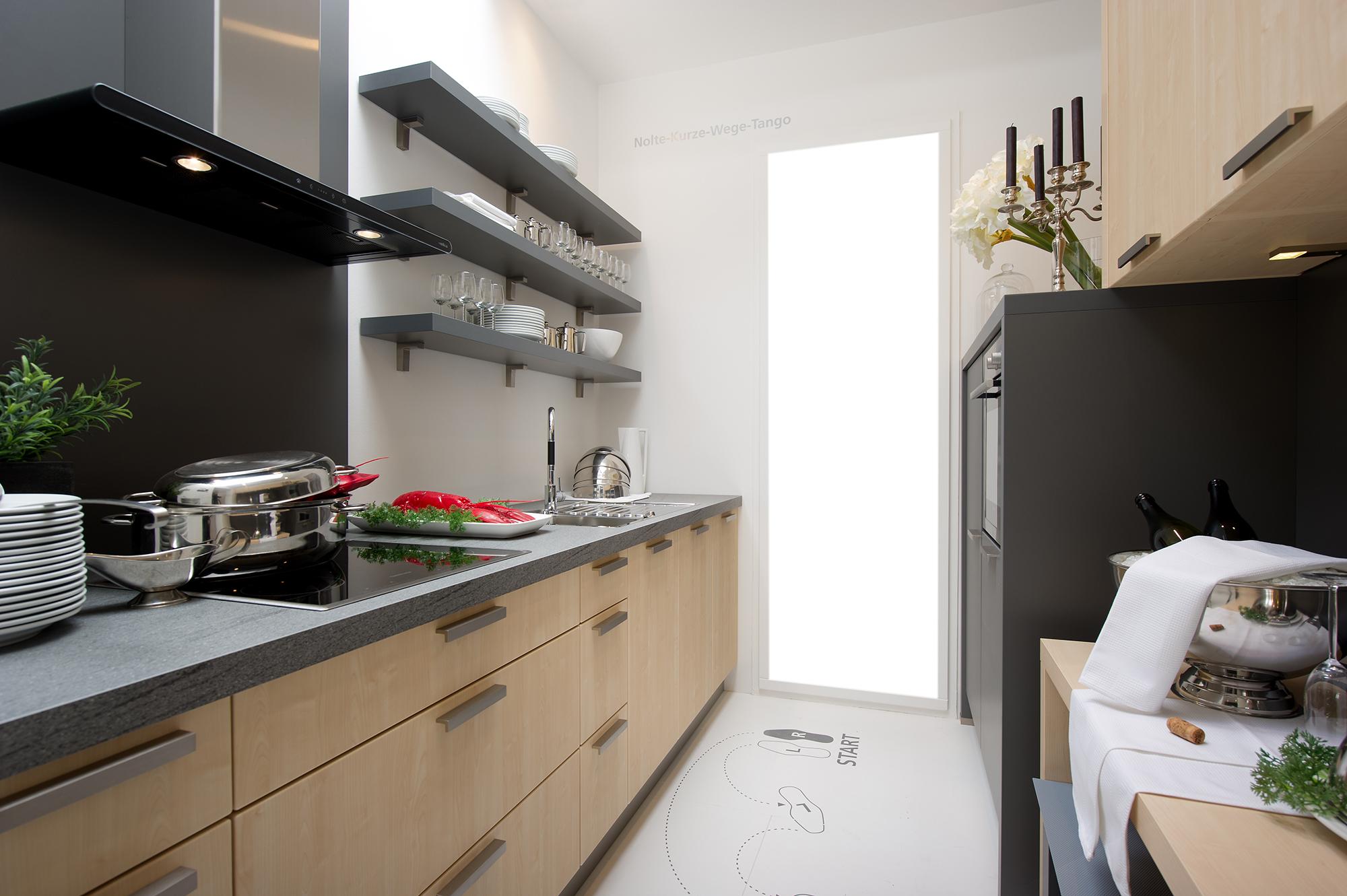 Бежево-серый гарнитур в узкой кухне