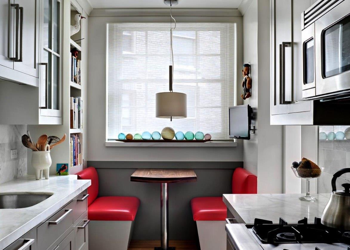 Современный гарнитур в узкой кухне