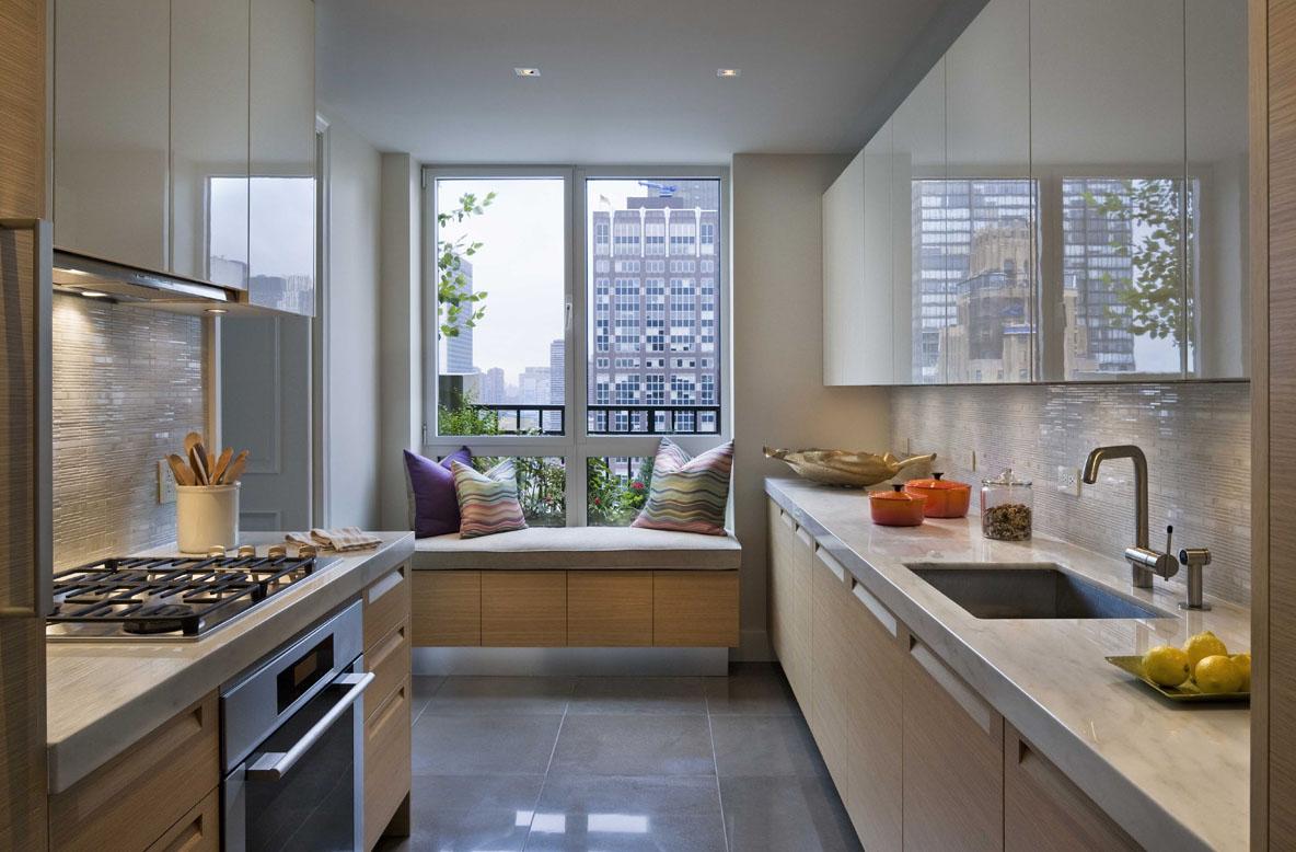 Бежево-белый гарнитур в узкой кухне