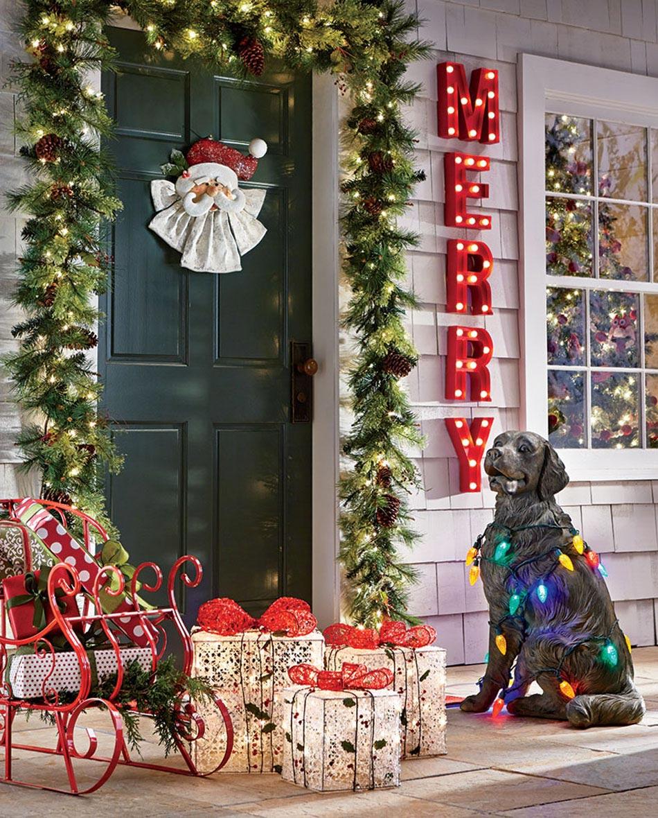 Новогоднее украшение фасада фигуркой собаки