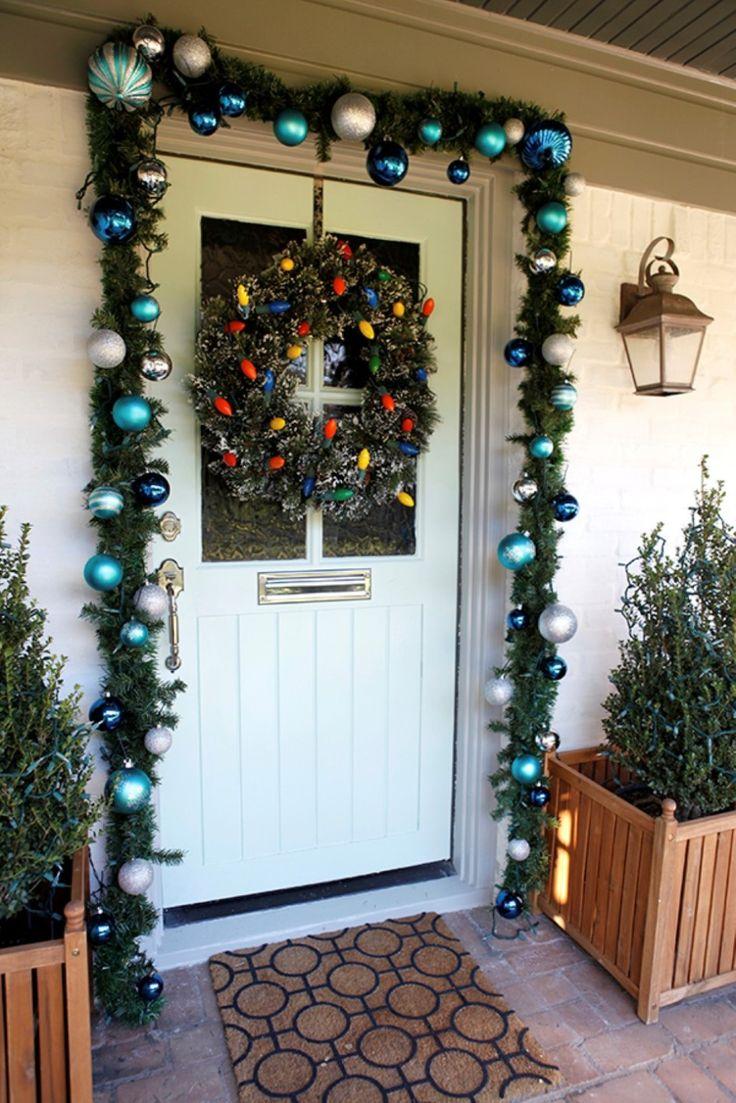 Новогоднее украшение фасада в голубом цвете