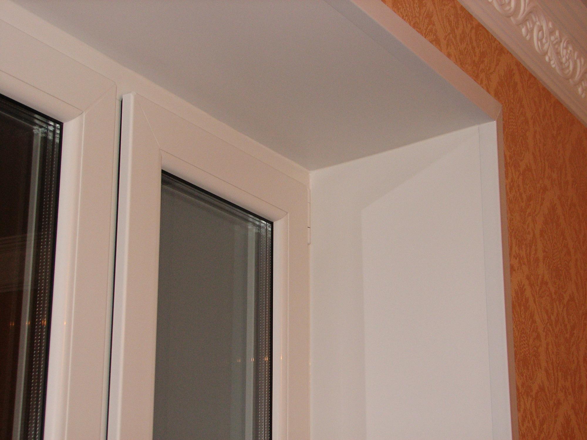 Белый уголок на откосе окна не позволяет обоям отклеиваться