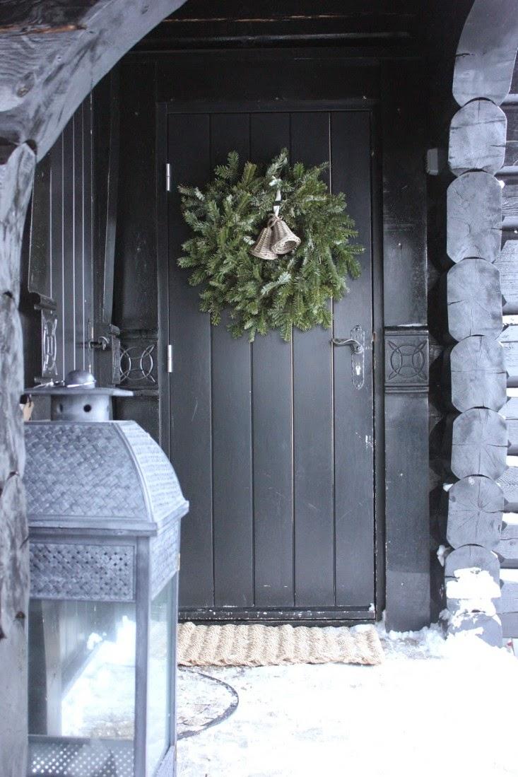Новогоднее украшение фасада в стиле кантри