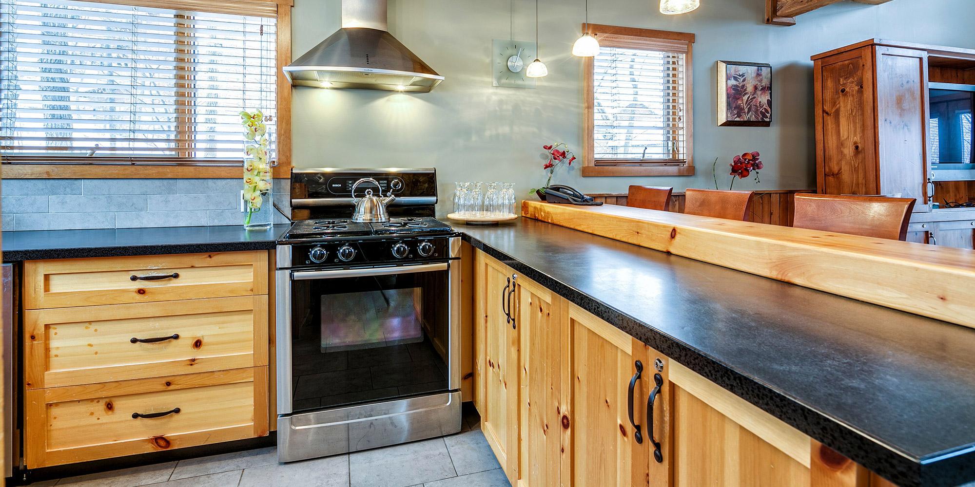 Подсветка кухонного гарнитура кантри