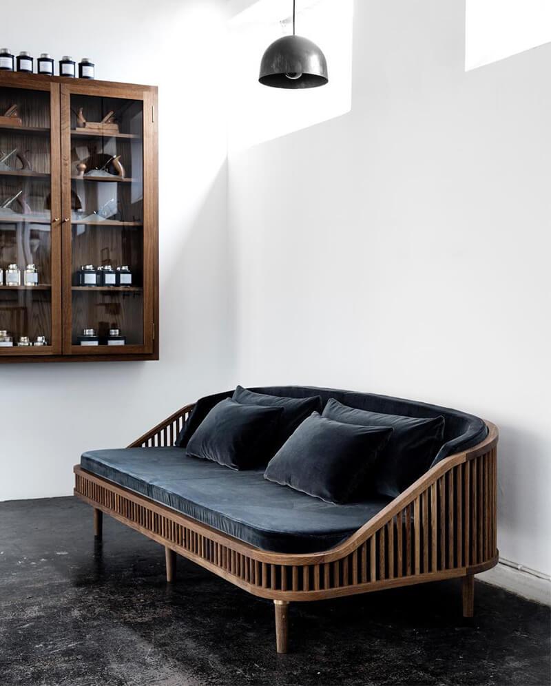 Коричневая мягкая мебель