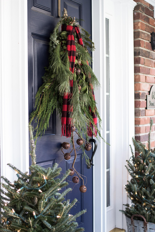 Новогоднее украшение фасада колокольчиками