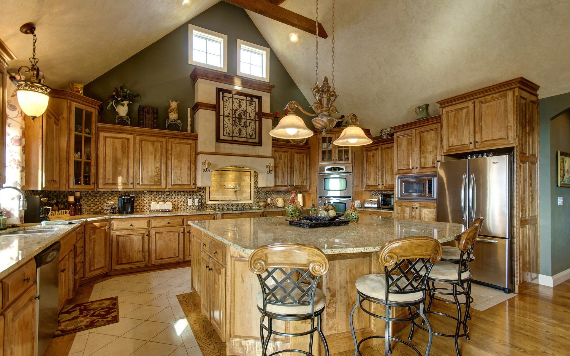 Металлические стулья на кухне с деревянной спинкой и мягким сиденьем