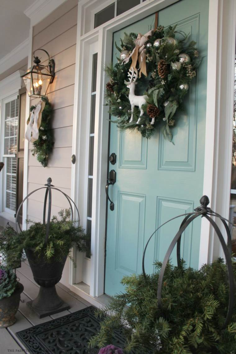 Новогодняя композиция у входной двери