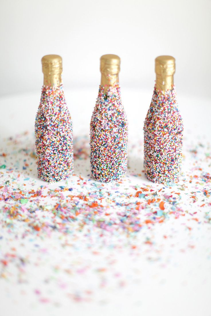 Новогодний декор бутылки шампанского конфетти